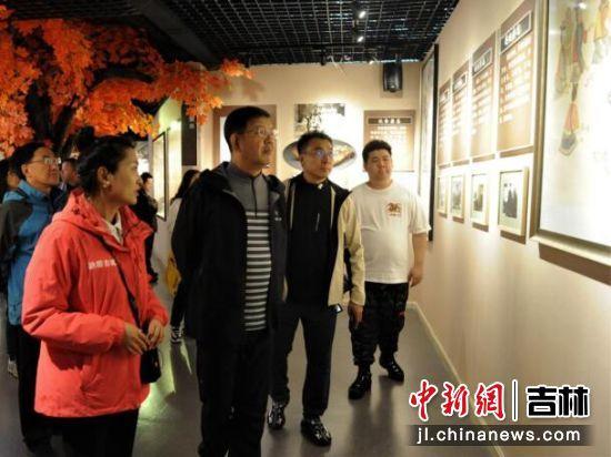 支建华(左二)在王库(左三)陪同下视察讷殷博物馆 刘栋/供图