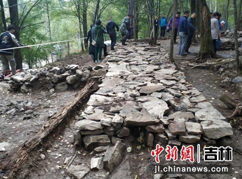 遗址内用石头垒成的炕 下有炕洞可烧火取暖 刘栋/供图
