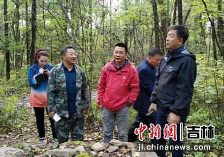 李校(左一)陪同支建华(右一)考察老黑河遗址 刘栋/供图