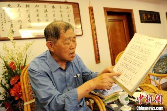 李瑞河介绍他在疫情期间自创歌曲《感恩祖国》的经历。 张金川 摄