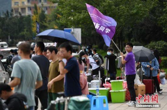 资料图:一所大学迎来2020级研究生报到。中新社记者 刘冉阳 摄