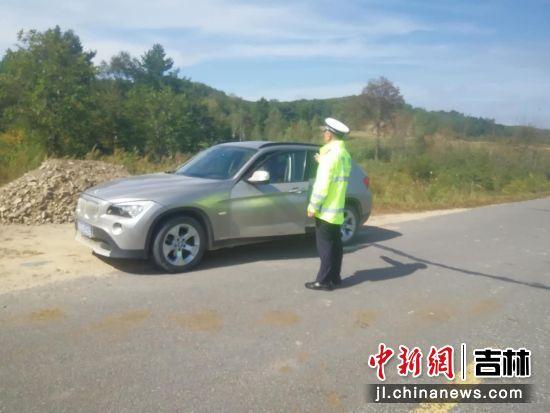 民警对过往车辆进行交通安全教育 黄泥河森林公安局/供图