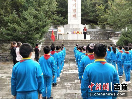 同学们聆听王隅沟抗日游击根据地历史事件。付杨/供图