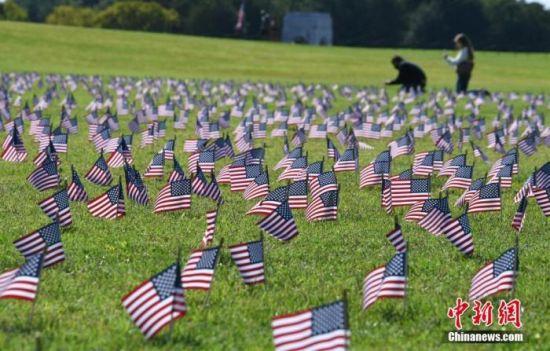 当地时间9月22日拍摄的美国华盛顿国家广场,一家民间组织日前在此插上2万面美国国旗悼念新冠逝者。 中新社记者 陈孟统 摄