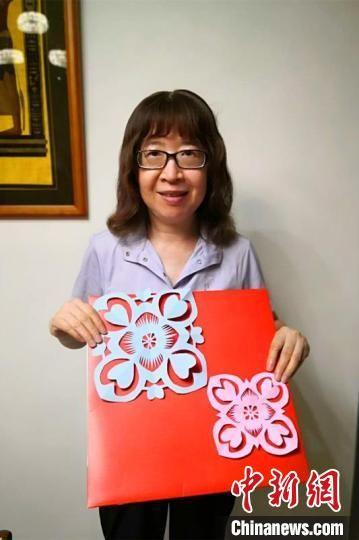 台北临海同乡会会员陈仲华展示剪纸作品 受访者供图