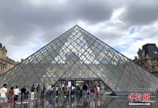 """当地时间8月14日,巴黎被法国官方列为新冠病毒传播""""高风险地区""""。图为当天最后一批民众在卢浮宫外排队等候入场。中新社记者 李洋 摄"""