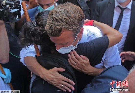 8月7日消息,法国总统马克龙是在贝鲁特爆炸发生两天后到访黎巴嫩的,图为法国总统马克龙拥抱黎巴嫩民众。