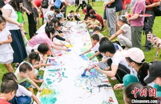 市民通过参与画画接受自然教育。广东省林业局 供图