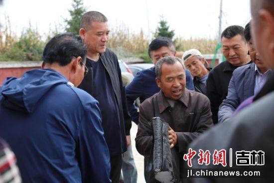 榆树村村民现场感受棚被质量 净月高新区党工委宣传部/供图