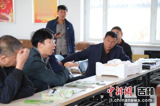 长春鸿安纺织品生产有限责任公司人员讲解农产品销售模式 净月高新区党工委宣传部/供图