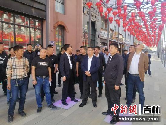 华景斌一行走访超达磐谷步行街改造项目现场 长春新区城管办/供图