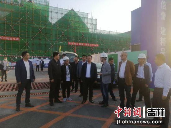 华景斌一行走访查看中巴电商小镇施工工地建设情况 长春新区城管办/供图