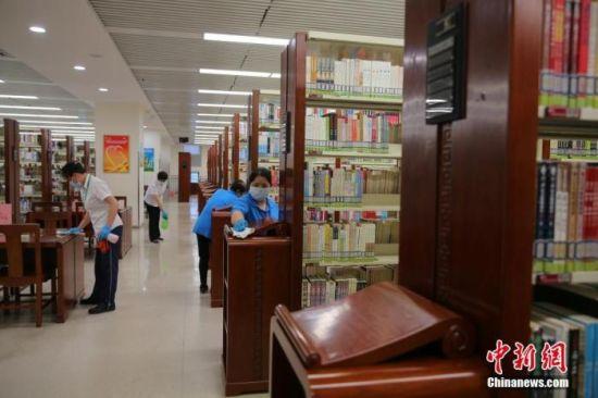 资料图:北京图书馆的工作人员对馆室进行立体消杀。中新社记者 杨可佳 摄
