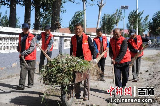 村公益性岗位――卫生保洁员正在打扫村屯卫生 镇赉县委宣传部/供图
