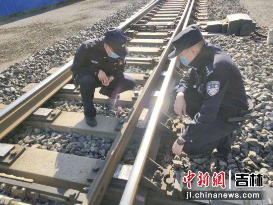 李金检查铁路设施。