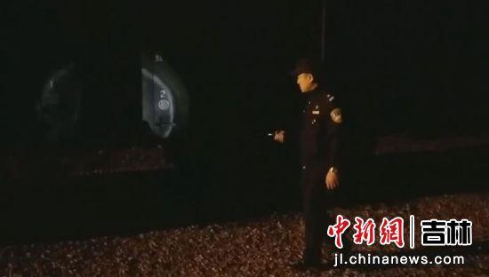 李金在夜间排查线路隐患