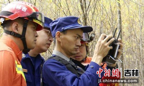 消防员采用无人机等科技手段展开救援 长白山消防救援支队/供图