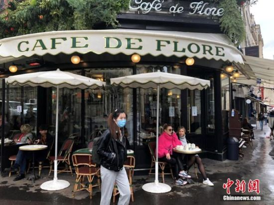 """当地时间10月6日,法国首都巴黎开始执行防疫新措施,以落实官方将巴黎划入疫情""""最强警报区""""之后的相关举措。 中新社记者 李洋 摄"""