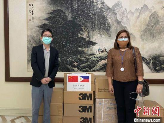 近日,中国驻菲律宾使馆檀�蜕�公参(左)代表使馆向菲律宾福音派教会联合会捐赠了口罩和个人防护装备等抗疫物资。中国驻菲律宾使馆供图