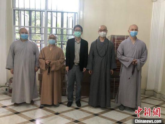 近日,中国驻菲律宾使馆檀�蜕�公参(左三)代表使馆向菲律宾信愿寺筹建的菲律宾佛教联合会捐赠了口罩和个人防护装备等抗疫物资。中国驻菲律宾使馆供图