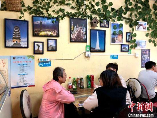 """她们同行三人是台湾人,也是同事,经常在大陆各地寻找地道的""""台湾味""""。来过一次以后,这里成为周末她们定点""""打卡""""、以食会友的地方。 朱晓颖 摄"""