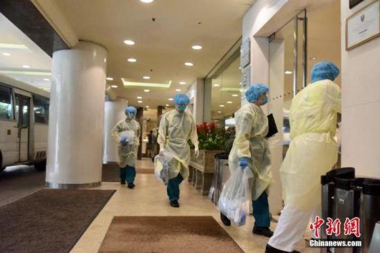 10月9日,香港新增8宗新冠肺炎确诊个案,7宗属本地感染个案,包括3名尖沙咀帝苑酒店员工。图为卫生署人员到尖沙咀帝苑酒店了解情况。 中新社记者 李志华 摄