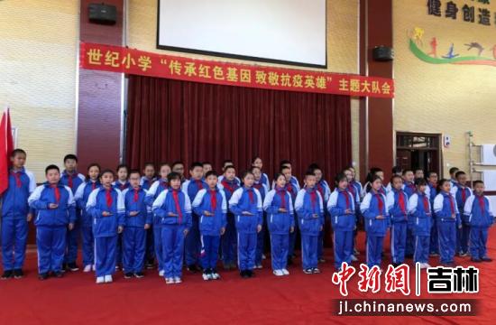 五年二班演出《红领巾飘起来》。周明宇/供图