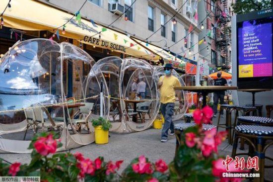 """资料图:当地时间9月23日,美国纽约市曼哈顿区一家商铺推出""""泡泡帐篷""""以增加顾客之间的社交距离。"""