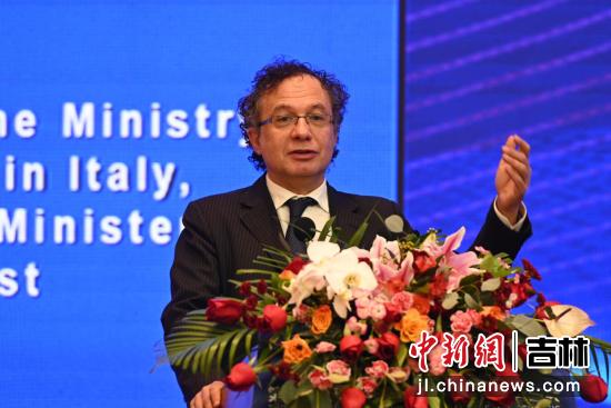 意大利经济发展部原副部长、著名经济学家米凯莱•杰拉奇发表演讲 吉林省商务厅供图