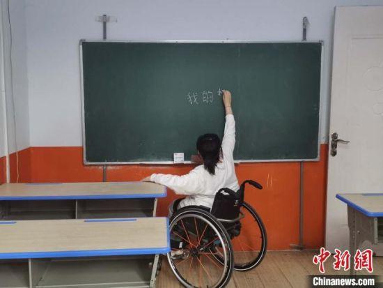 图为苗红春正在练习板书。 吴琼 摄