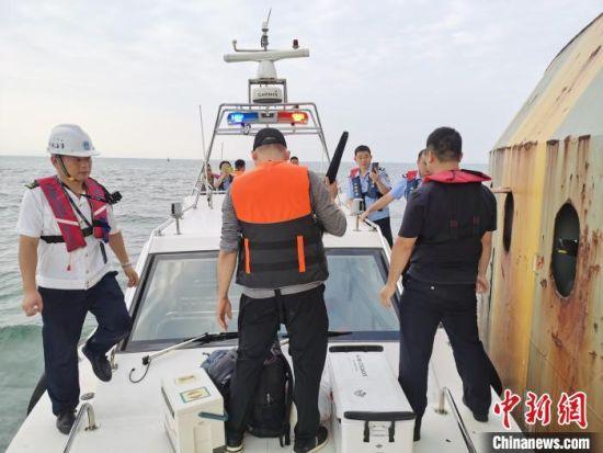 抓获违法垂钓人员。广东海事局供图