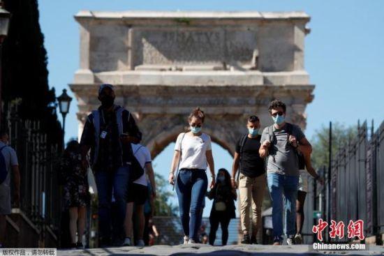 当地时间10月8日,意大利首都罗马,民众佩戴口罩行走在斗兽场附近。