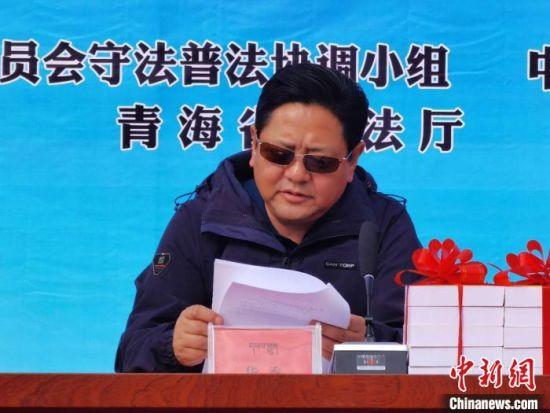 图为青海省委统战部副部长华秀宣读《关于成立青海省宗教活动场所法治宣讲团的通知》。 潘雨洁 摄