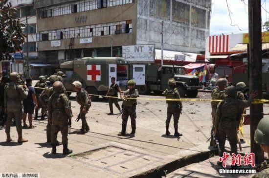 资料图:当地时间8月24日,菲律宾南部苏禄省发生爆炸,警察赶到现场。据报道,死者包括8名安全部队成员、6名平民和1名自杀式袭击者,另有27名安全人员和48名平民受伤。