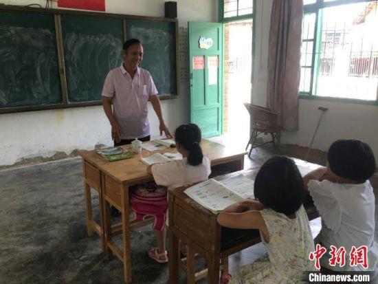 乡村教师黄福茂正在给学生上课。熊明欢供图