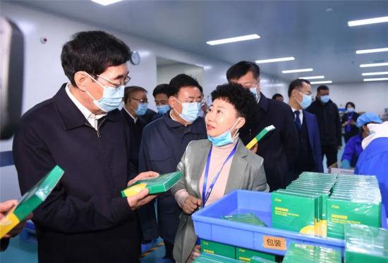 10月21日,巴音朝鲁在吉林省蓝浦浩业科技有限公司调研,认真察看企业产品