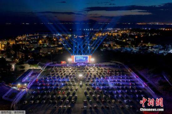 当地时间6月2日,雅典南部郊区Glyfada的驾车节的开幕之夜,民众驾驶汽车前往举办地,在车中欣赏表演。