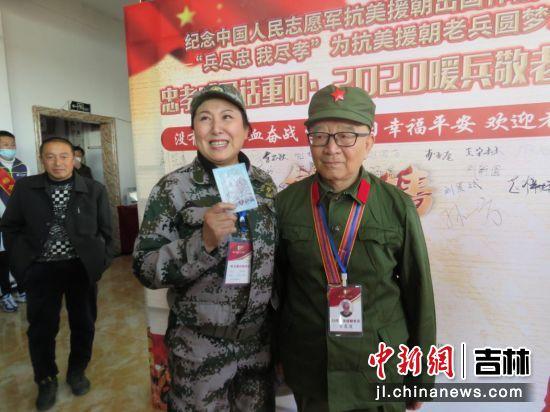 暖兵行动服务队队长李桂梅与老兵合影 海龙/供图