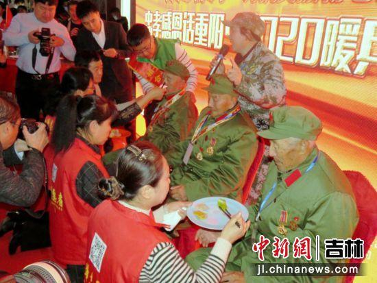 志愿者们为三位年龄最大老兵跪献第一口饺子 海龙/供图