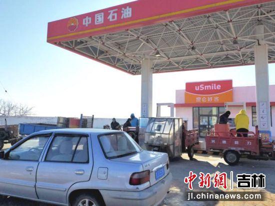 农户到中国石油加油站加油。 王爱军/摄
