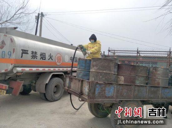 中国石油员工将油品送到农户家中。李金华/摄