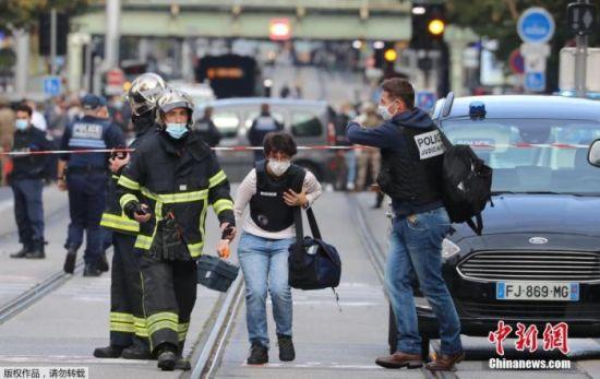目前,事件仍在进一步调查中。法国官方已成立危机应对小组处理事件。图为一名法医人员抵达事发现场。