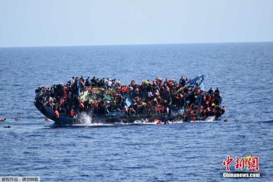 资料图:难民船倾覆。