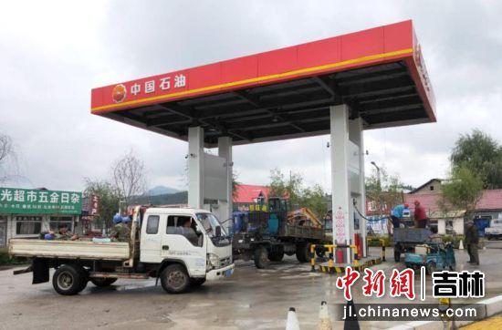 农民朋友在中国石油加油站加油。崔再菊 摄