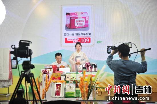 """中国石油吉林销售公司""""好物推荐人""""进行产品展示。 高龙安/摄"""