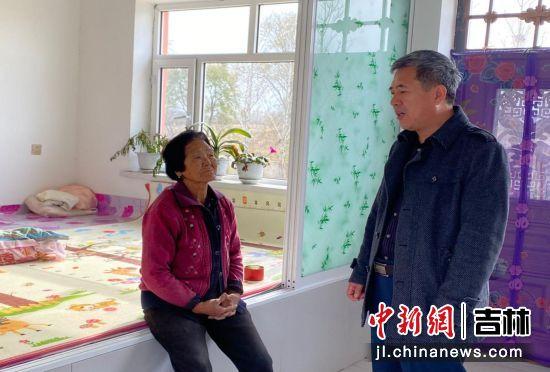 检查组入户家访向村民了解入住情况。孙伟峰/摄
