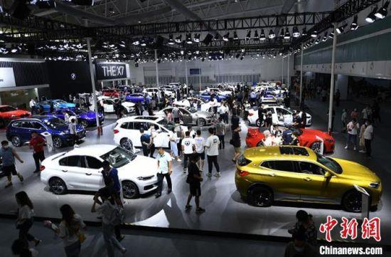 本届长春车展,中外数百个主流汽车品牌齐聚,线上、线下参展车国内超1400台,规模创历史之最。 张瑶 摄
