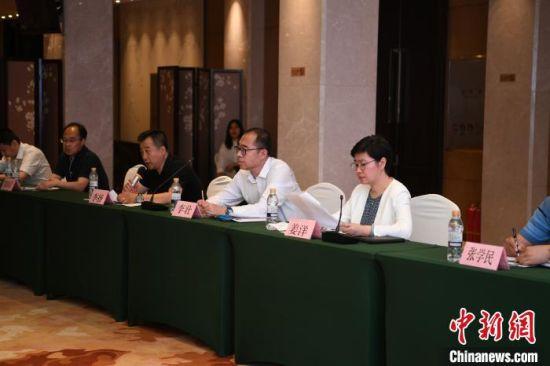 该项目制片人、吉林省对外文化交流协会秘书长李扬(左三)介绍相关情况。 张瑶 摄