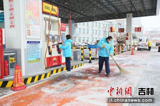 各个加油站及时清雪保障安全运营。
