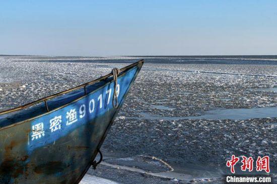 停驶的渔船更衬出兴凯湖的宁静 魏波 摄